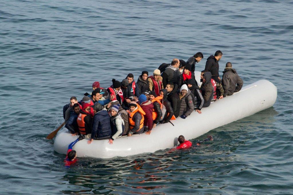 مهاجرون يصلون على متن قارب مطاطي مكتظ إلى جزيرة ليسبوس اليونانية في عام 2015، بعد عبور بحر إيجة قادمين من تركيا. المصدر: إي بي إيه/ سترينجر.