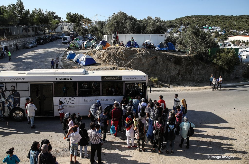 Refugees at a bus stop near the Moria reception center on the Greek island of Lesbos | Photo: Valery Sharifulin/TASS