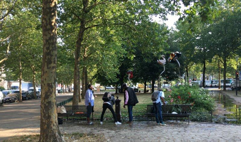Des migrants profitent dune fontaine pour se rafrachir porte dAubervilliers dans le nord de Paris Crdit  InfoMigrants