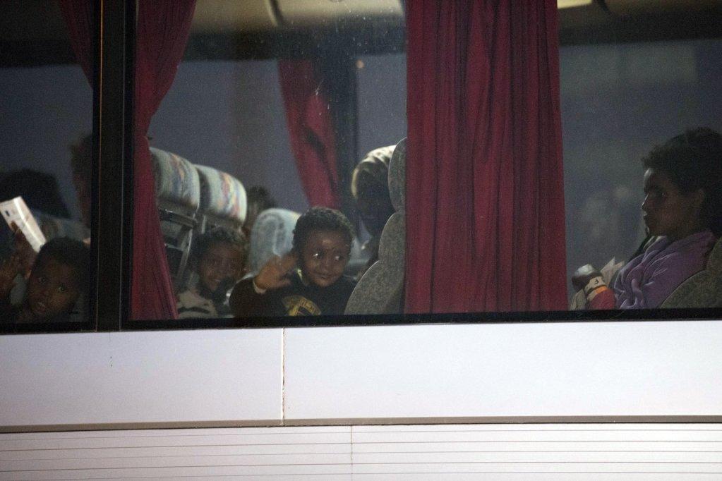 حافلة تقل مجموعة من النساء والأطفال المهاجرين، الذين وصلوا على متن سفينة تابعة لحرس السواحل الإيطالي إلى ميناء بوزالو في صقلية. المصدر: أنسا/ فرانشيسكو روتا.