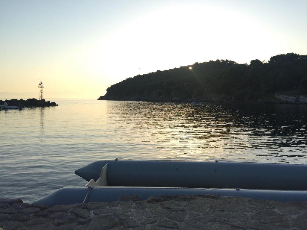 Un bateau de migrants ayant débarqué sur la côte nord de Lesbos | Photo: Holly Young