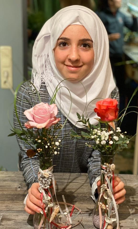 حينما اكتشفت مانو موهبة ماياز في رعاية الأزهار، عرفت أنها أمام هبة فريدة.