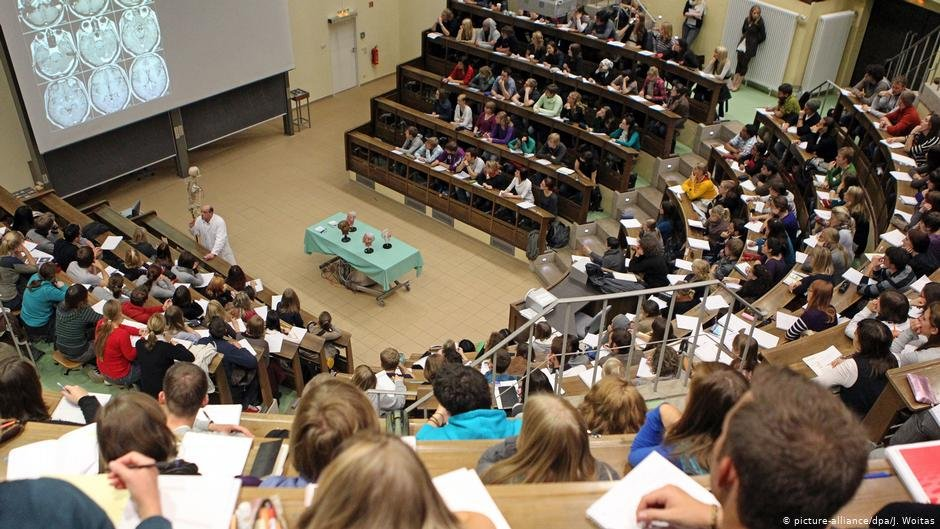 Students of medicine at a lecture at the university of Leipzig | Photo: Picture-alliance/dpa/J.Woitas
