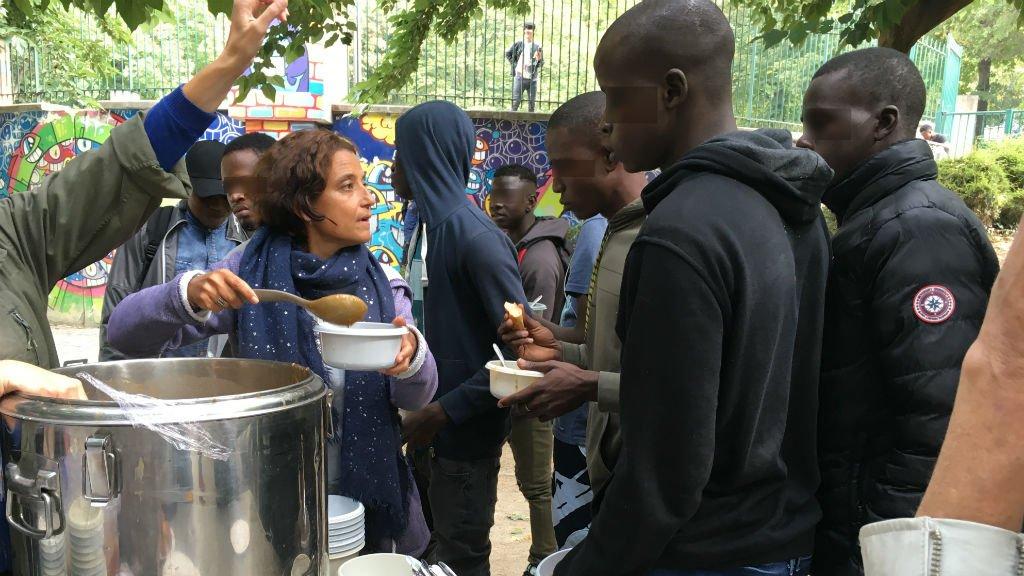 Des mineurs migrants pendant la distribution des repas servis par les bénévoles des Midis du Mie au jardin de la rue Pali-Kao. Crédits : Bahar Makooi / InfoMigrants