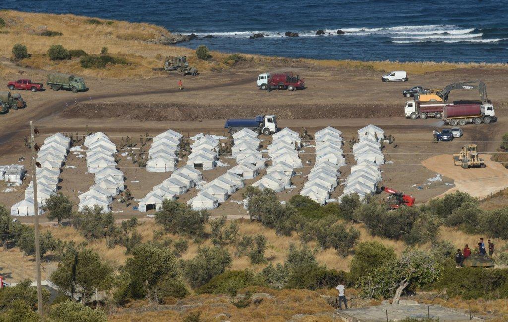 مقامهای یونانی یک کمپ جدید و موقتی را در نزدیکی  جاده میتیلین برای اسکان مهاجران آماده میکنند. عکس از مهدی شبیل/ مهاجر نیوز