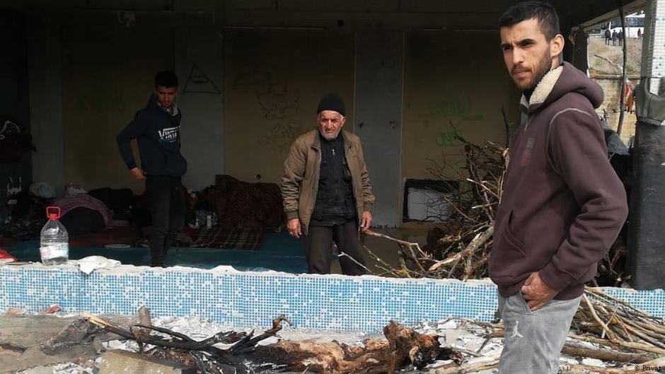 محمد حسین محمدی با دوتن از مهاجران دیگر افغان در شهر مرزی ادرنه در ترکیه