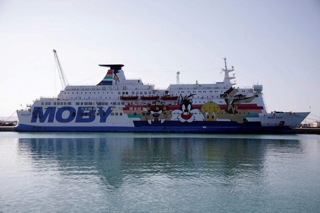 ۱۸۰ مهاجر کشتی اوشن ویکنگ دوشنبه شب ۶ جولای در بندر پورتو امپدوکل  به کشتی موبی زازا انتقال داده شدند تا برای دوهفته در قرنطین قرار بگیرند. عکس از رویترز