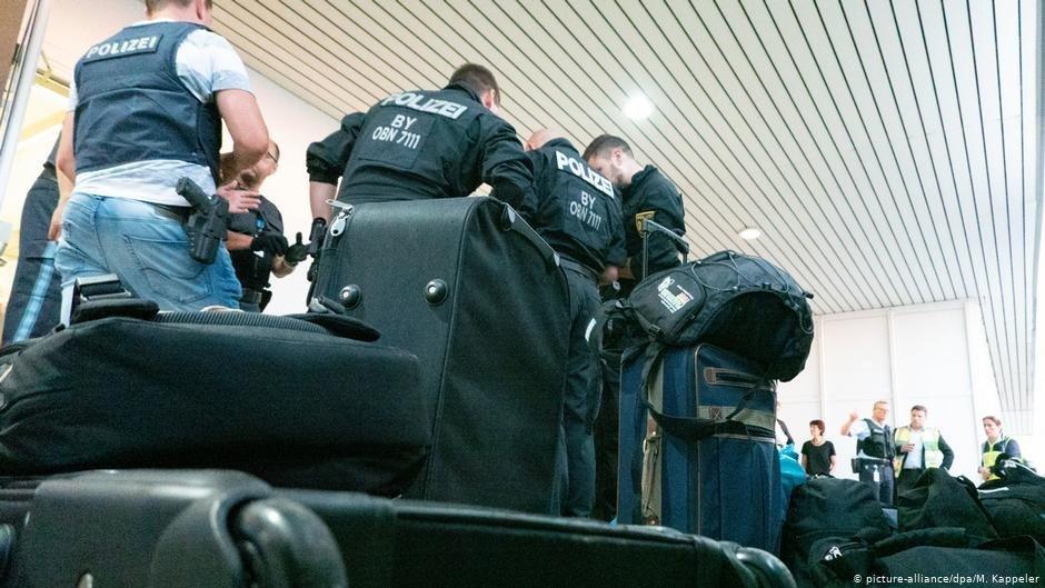 Les policers viennent de finir leur service et remettent leurs vtements personnels pour le retour en Allemagne  Crdit  picture-alliancedpaM Kappeler