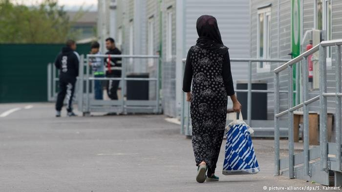 Woman walks past a migrant center in Germany (picture-alliance/dpe/S.Kahnert)
