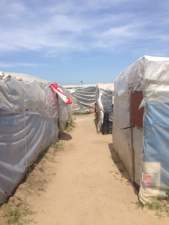 قام اللاجئون ببناء مساكن خاصة بهم، مستخدمين قطعا خشبية وصفائح معدنية وأكياس البلاستيك / بيتر مانويل فينيلو