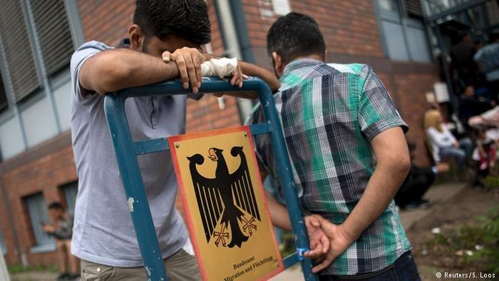 Reuters/S. Loos  طالبو لجوء أمام مكتب الهجرة واللاجئين في برلين (أرشيف)