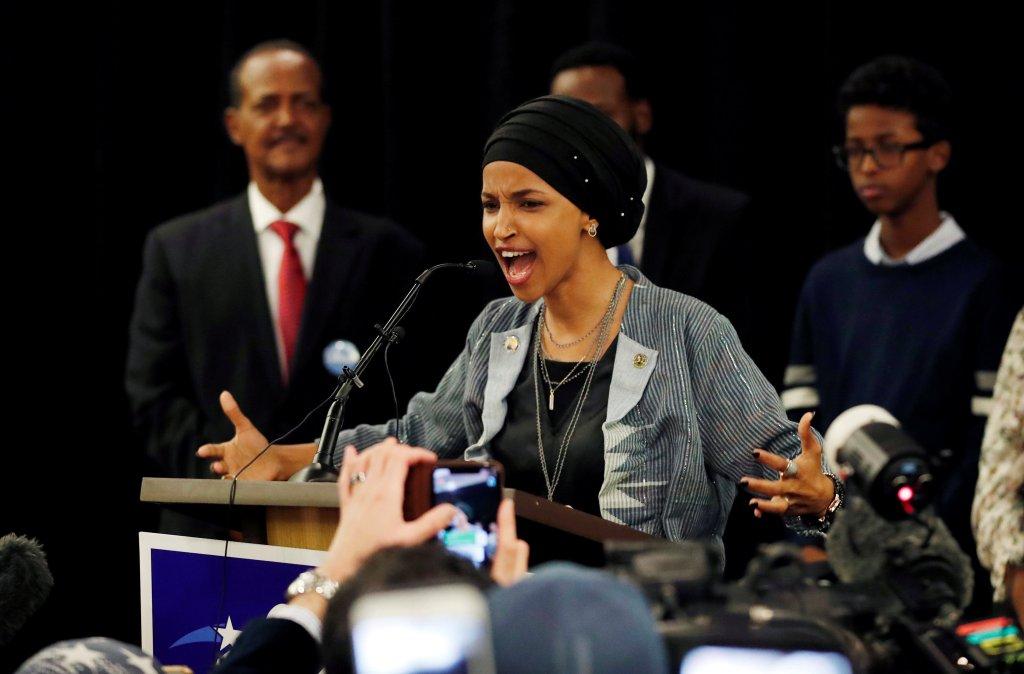 REUTERS/Eric Miller |La démocrate Ilhan Omar réagit à son élection à la Chambre des représentants, à l'issue du scrutin de mi-mandat aux Etats-Unis, le 6 novembre.
