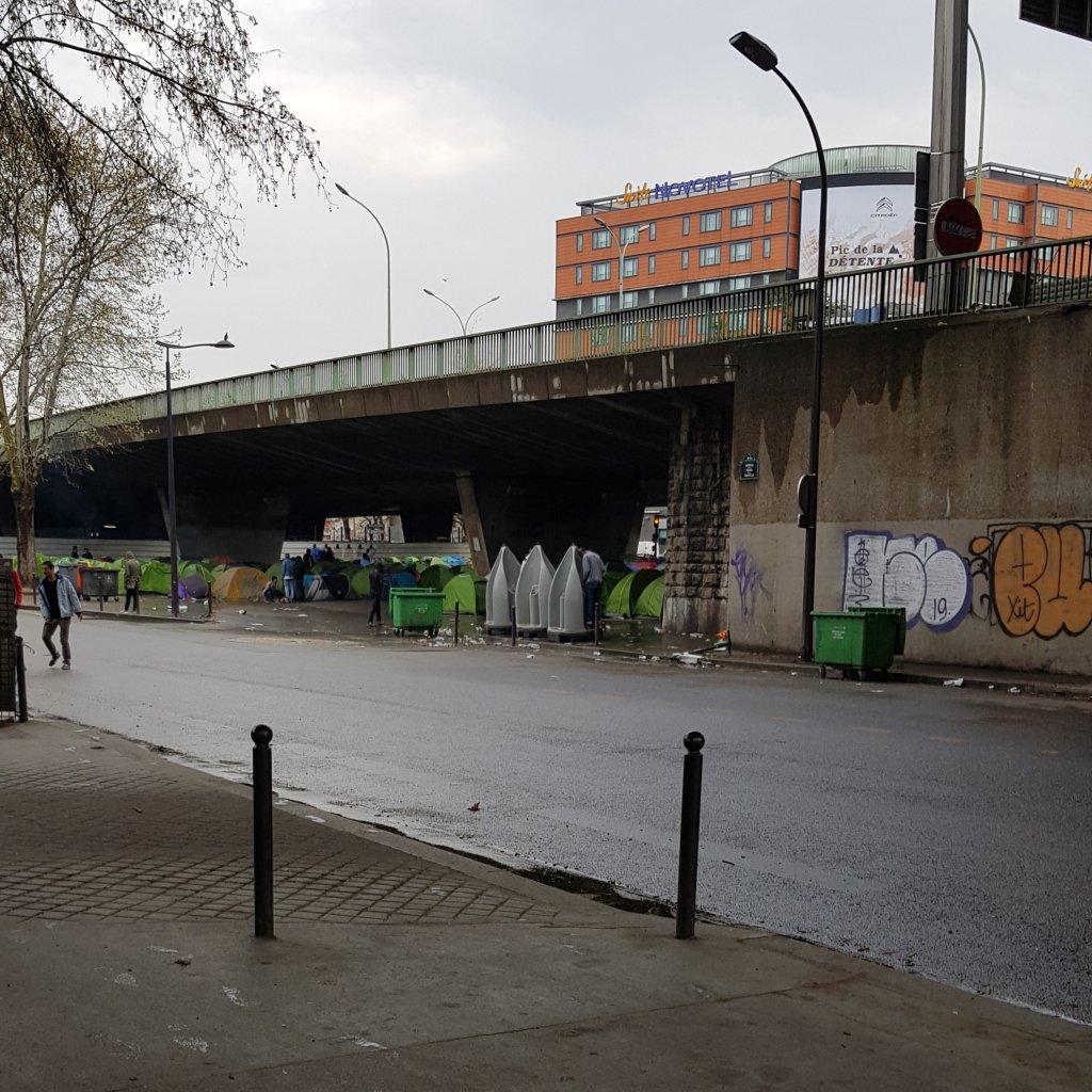 خيم المهاجرين تحت الجسر في بورت دو لاشابيل