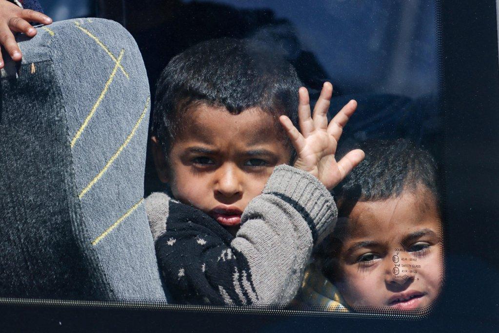 Des enfants attendent dans un bus qui doit le conduire vers un nouveau centre pour migrants  Serres  Photo picture-alliance