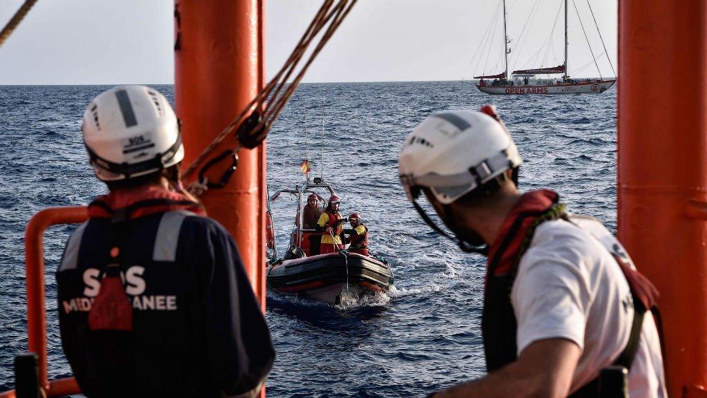 ماموران امدادی کشتی اکواریوس، متعلق به پزشکان بدون مرز روز هفتم می ٢٠١٨  در مدیترانه. عکس از خبرگزاری فرانسه.