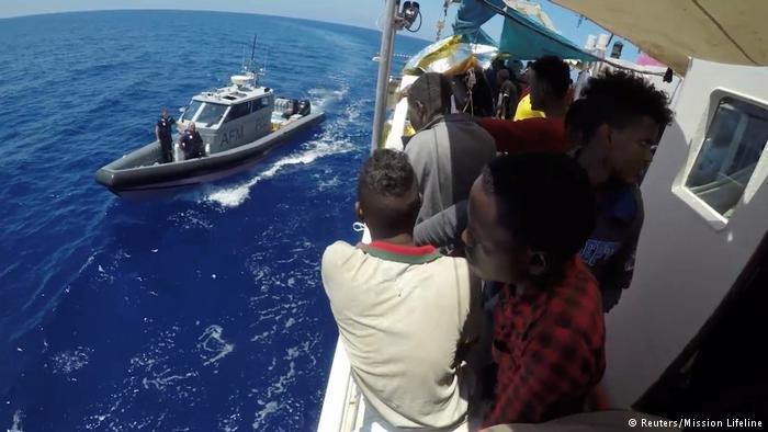 سفينة الإنقاذ لايفلاين قامت بإنقاذ عشرات المهاجرين من الغرق في البحر المتوسط