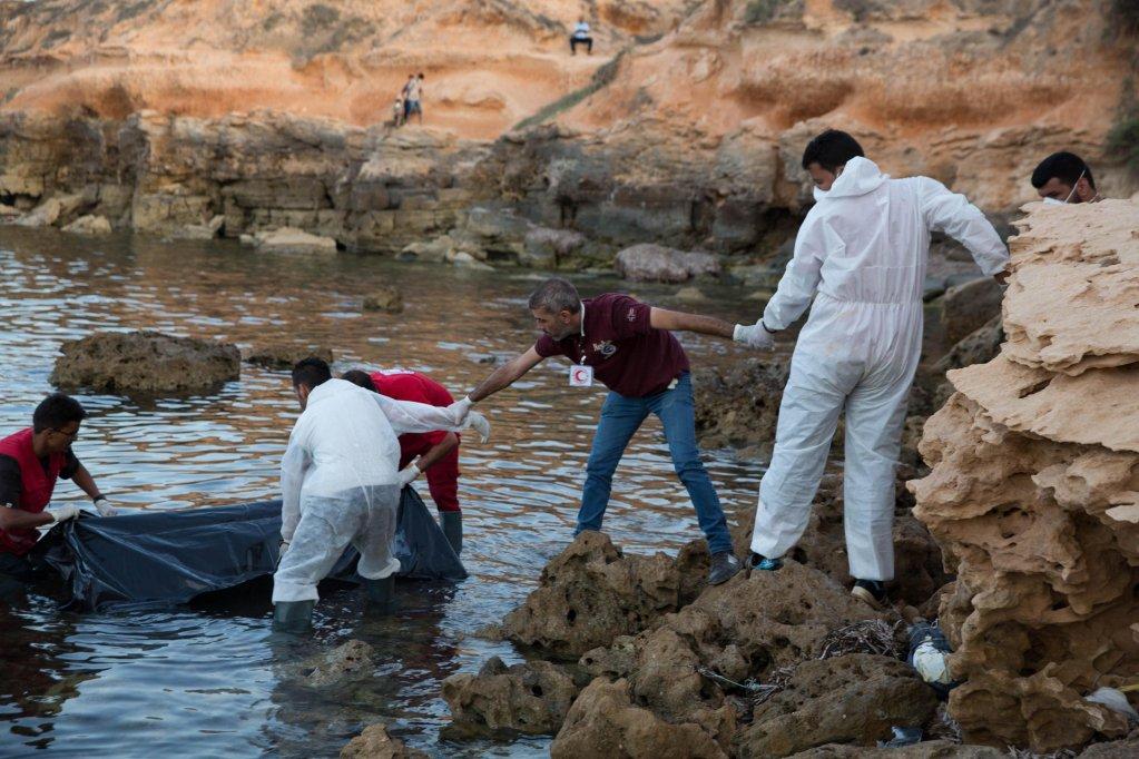 ansa / أعضاء من الهلال الصليب الأحمر الليبي يعثرون على جثث مهاجرين، لفظتها الأمواج على شاطئ مدينة تاجوراء شرق طرابلس. المصدر: إي بي إيه/ سترينجر.