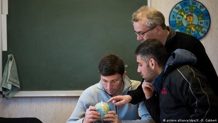 Les cours d'allemand sont aussi l'occasion pour les bénévoles et les réfugiés d'échanger sur leurs vies / dpa Picture-Alliance
