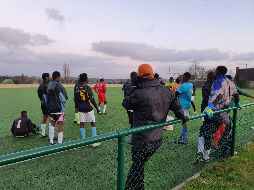 الشبان يستعدون لبداية المباراة التدريبية بينهم. المصدر / مايفا بولي - مهاجر نيوز