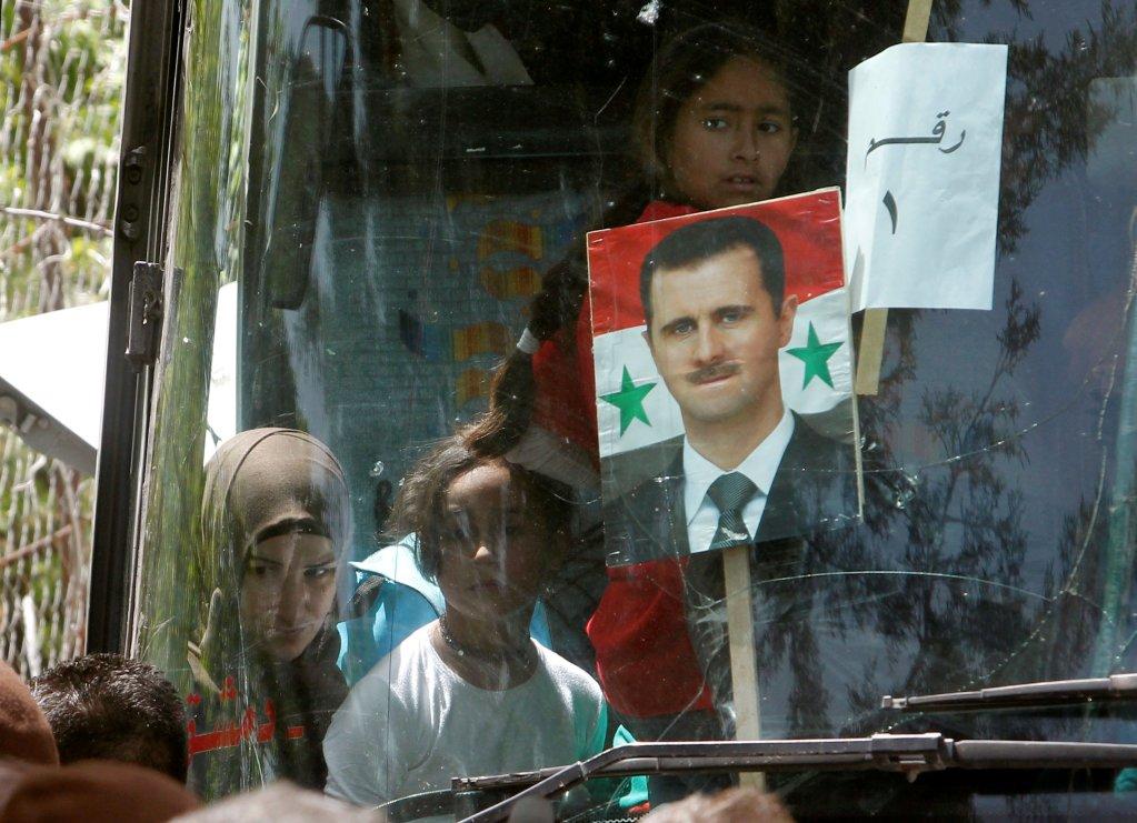 صورة للرئيس السوري بشار الأسد داخل إحدى الحافلات التي نقلت اللاجئين السوريين من لبنان إلى سوريا، الأربعاء 18 نيسان / أبريل. رويترز