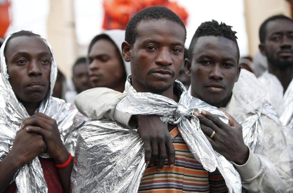 ansa / مجموعة من المهاجرين تصل إلى ميناء برنديزي الإيطالي. المصدر: أنسا/ ياران ناردي والمكتب الإعلامي للصليب الأحمر الإيطالي.