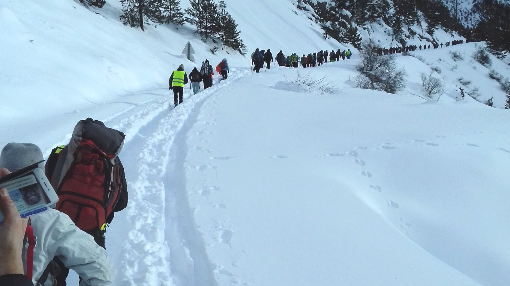 Volunteer hikers, linked by a cord, climbed Échelle Pass on the French-Italian border in December 2017 to raise awareness about the dangers of this journey. (Photo: Rafaël Flichman/ La Cimade)