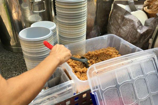 Les bénévoles des Midis du Mie et des associations amies s'organisent pour préparer des repas chauds tous les jeudis et vendredis. Crédits : InfoMigrants