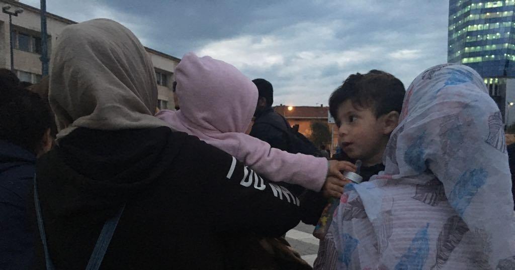 دو زن مهاجر از جمله سه خانواده سوری  با کودکان شان در میدان ایستگاه قطار سارایوو. عکس از مهاجر نیوز
