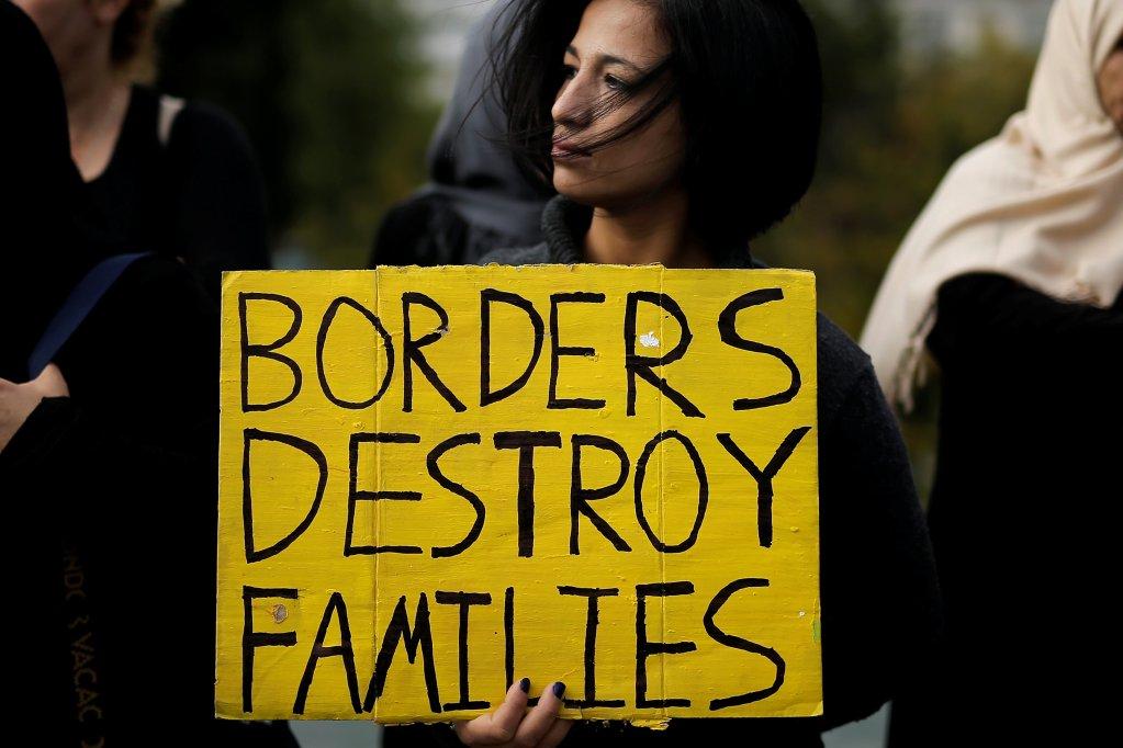 REUTERS/Alkis Konstantinidis |«Les frontières détruisent les familles», peut-on lire sur la pancarte de cette manifestante pour le regroupement familial des réfugiés, devant le Parlement d'Athènes, le 1er novembre 2017.