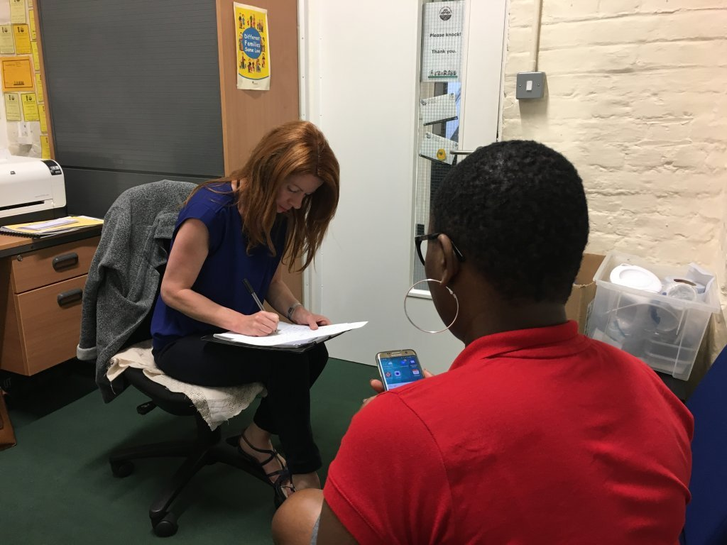 Fiona Carrick-Davies rencontre la mre dun lve dans son bureau  Surrey Square La mre explique que sa situation devient de plus en plus difficile Crdit  Brenna Daldorph