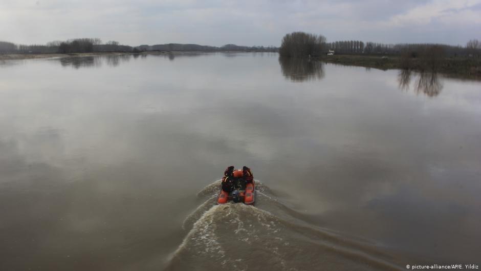 La police turque et des services de secours patrouillent le long de la rivière Evros à la frontière entre la Turquie et la Grèce, février 2018 | Photo : picture alliance/E. Yildiz