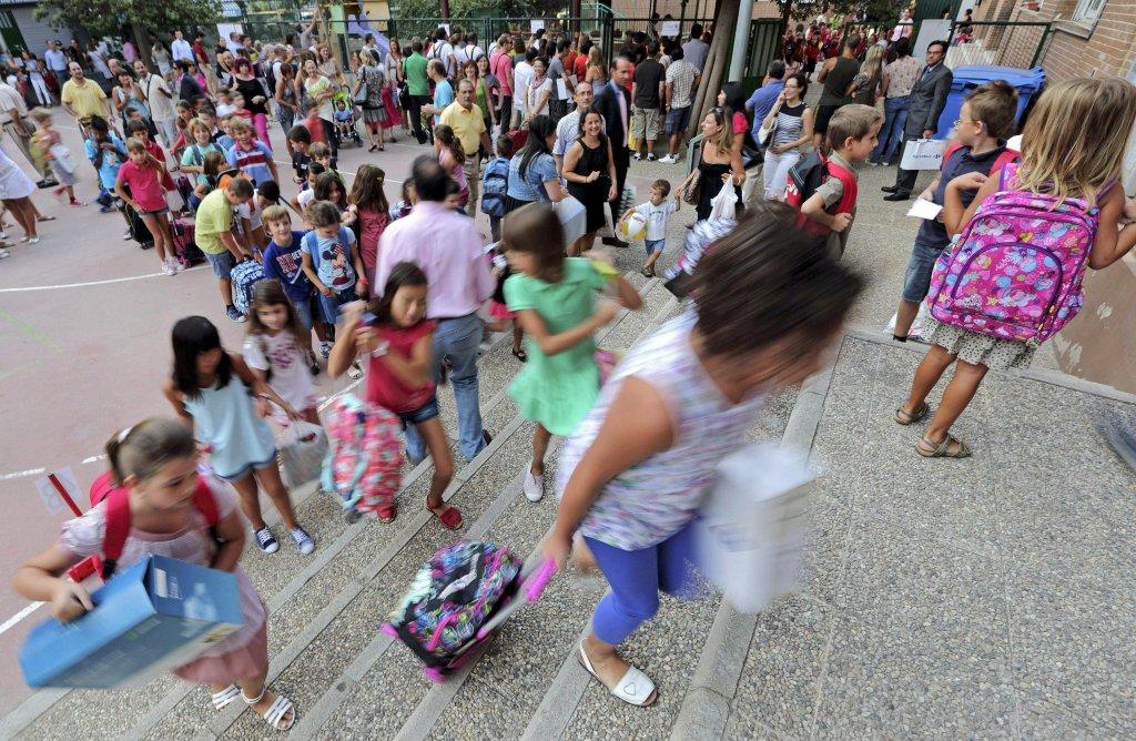 ansa / : تلاميد من مدرسة ميستالا الحكومية يعودون إلى الفصول في اليوم الأول للدراسة بعد عطلة الصيف في فالنسيا خلال 7 أيلول/ سبتمبر 2012. المصدر: إي بي إيه/ مانويل بروكي