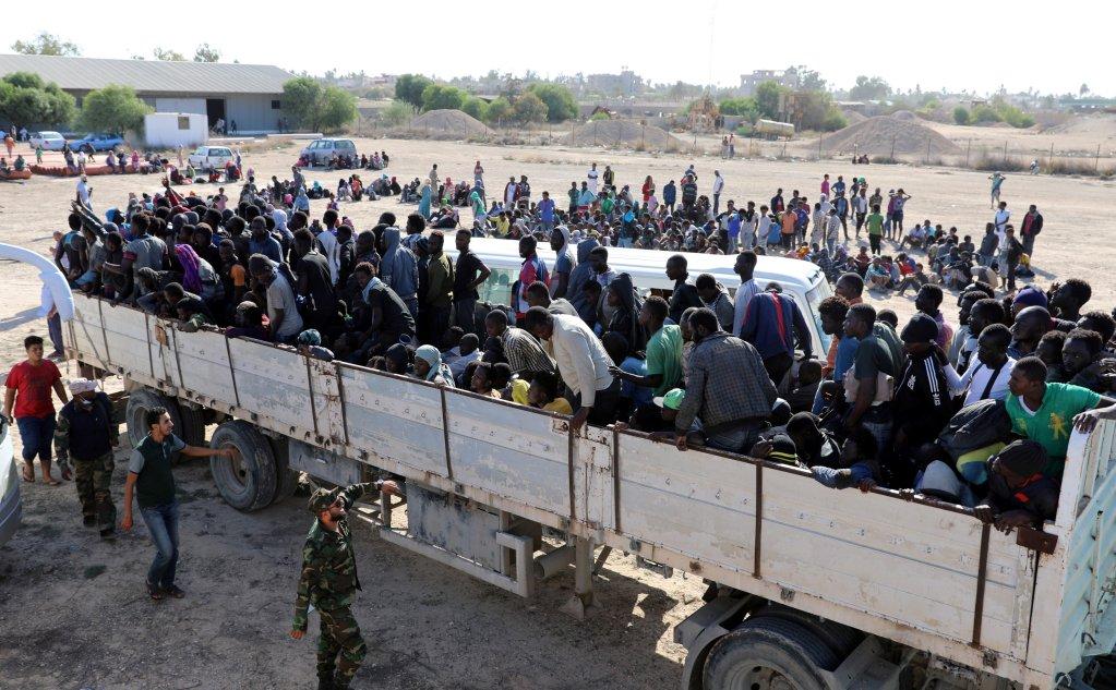 REUTERS/Hani Amara |Des migrants interpellés à Sabratha sont transportés dans un cnetre de détention, le 7 octobre de 2017.