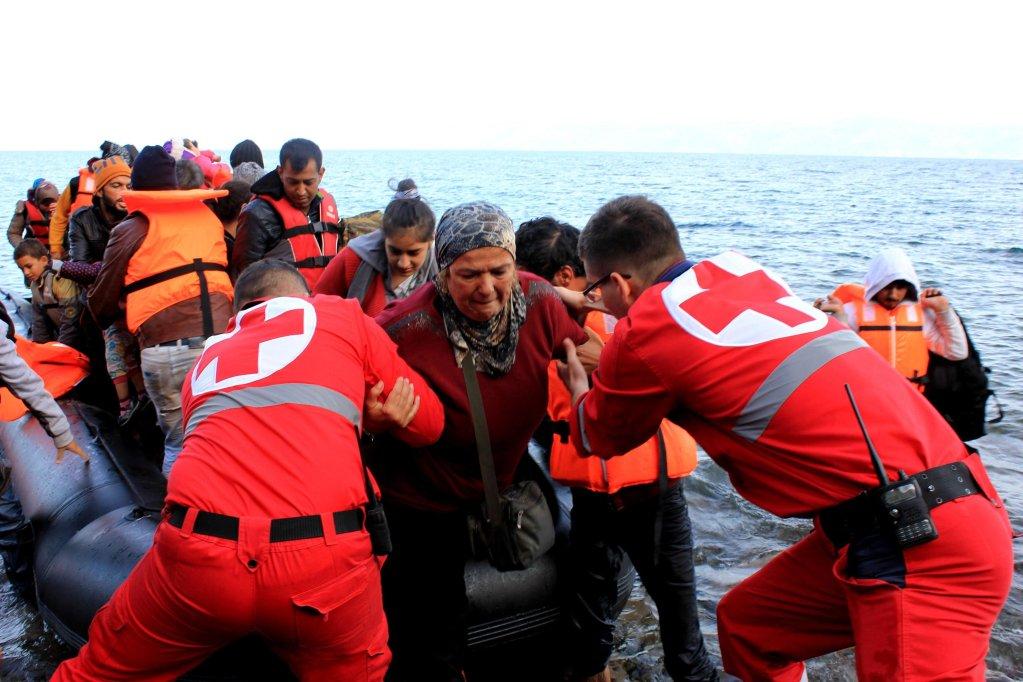 ansa / موظفو الصليب الأحمر الإسباني يقومون بعملية إنقاذ مهاجرين في البحر المصدر: الصليب الأحمر