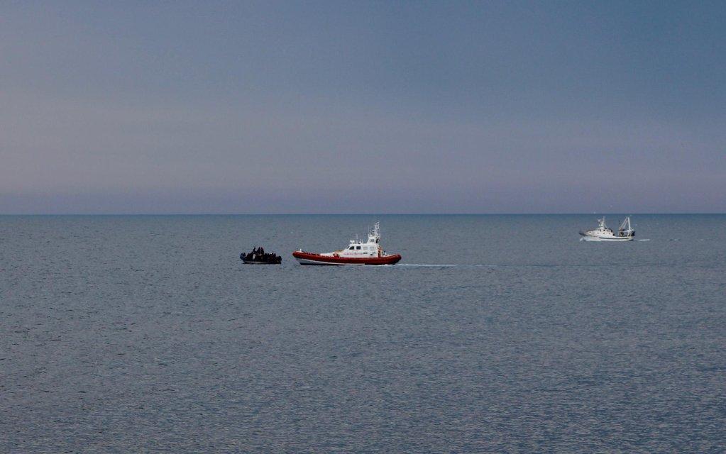 ANSA / ملاحقة قوارب الهجرة بالقرب من ساحل لامبيدوزا بواسطة حرس السواحل. المصدر: أنسا.