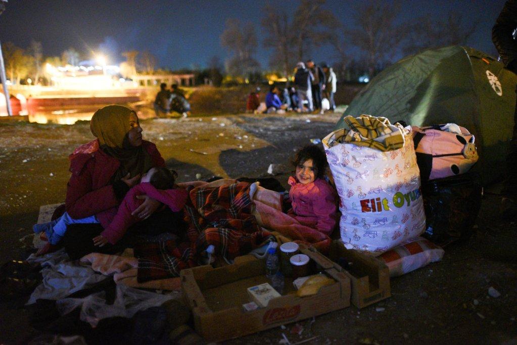 عائلة طارق على الحدود السورية اليونانية. الصورة: مهدي شبيل