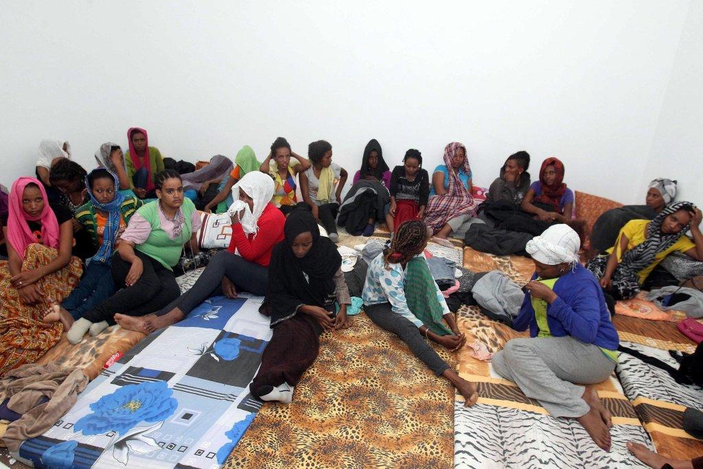 """ansa / مهاجرات أفريقيات داخل أحد معسكرات الاحتجاز في مدينة الزاوية، على بعد 50 كيلو مترا من العاصمة الليبية طرابلس. المصدر: """"إي بي إيه""""/ صبري المهداوي."""