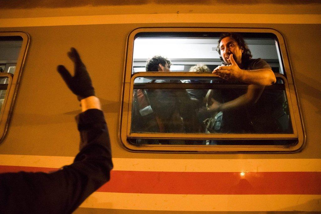 ansa / مهاجر في محطة السكك الحديدية في توفارنيك، شرق كرواتيا، بالقرب من الحدود مع صربيا، متجها إلى العاصمة الكرواتية زغرب. المصدر: إي بي أيه/ زولتان بالوج