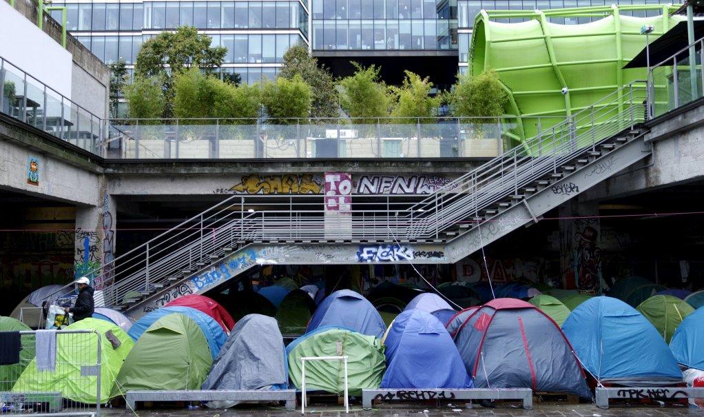 REUTERS/Charles Platiau |Tentes de migrants installées en 2015 devant l'Institut français de la mode (IFM), sur le quai d'Austerlitz (Paris).