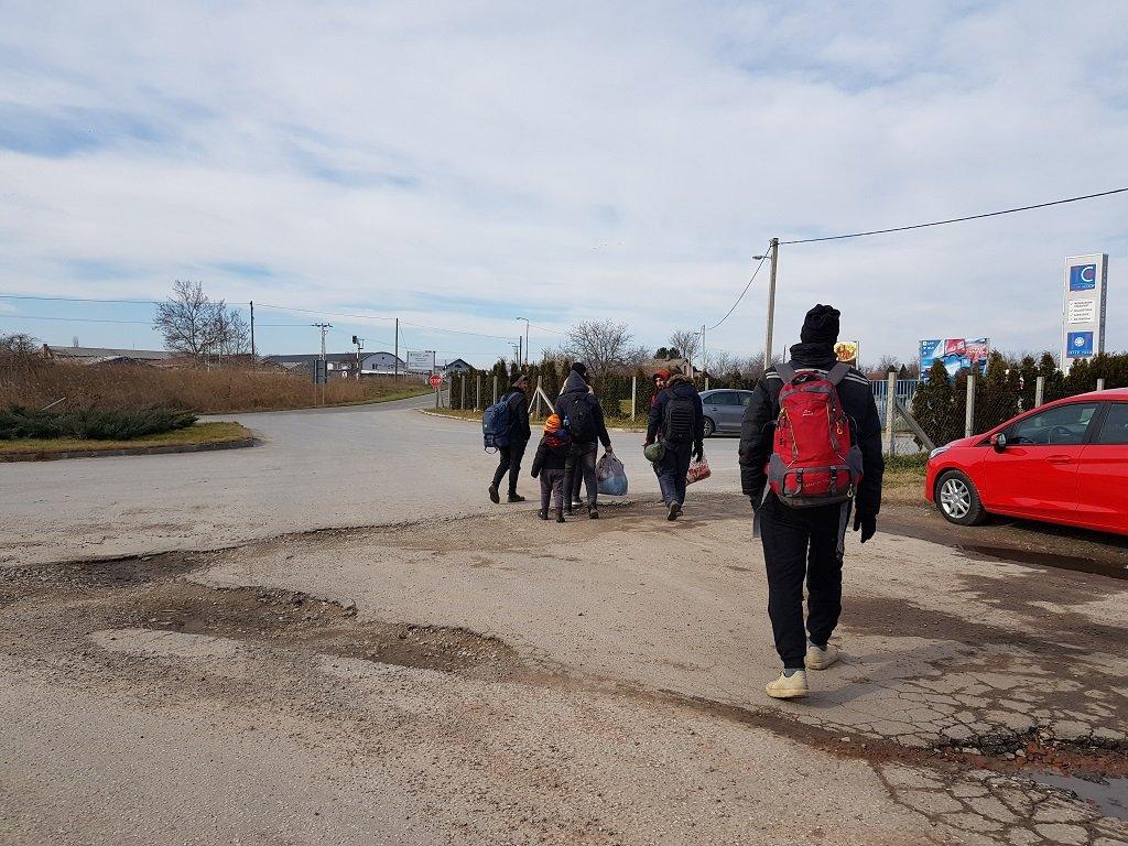 مهاجرون يغادرون المركز بعد تبلغهم بقرار طردهم من هناك، 7 شباط/فبراير 2020. شريف بيبي / مهاجر نيوز