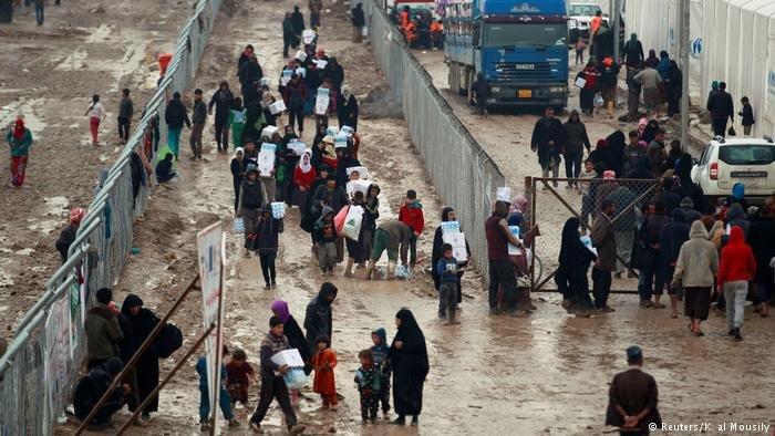 صورة من الآرشيف لنازحين عراقيين في الموصل