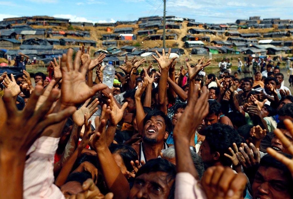 Des rfugis rohingyas tendent les bras pour recevoir de laide humanitaire dans le gigantesque camp de Balukhali au Bangladesh en 2017 Crdit  Reuters