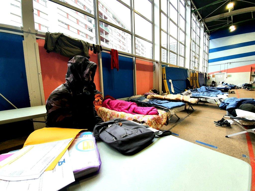لاجئ أفغاني يقيم في مركز شاتيون بعد عملية إخلاء مخيم بورت دوبرفلييه. الصورة: دانا البوز/مهاجرنيوز