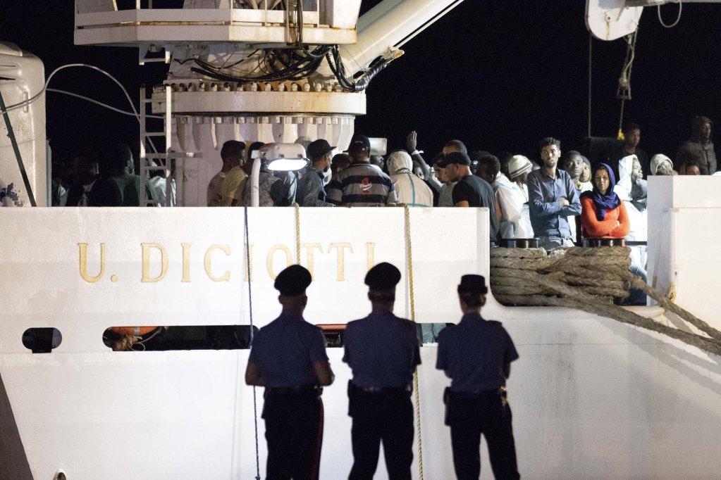 """Ansa / مهاجرون يهبطون من السفينة """"ديشيوتي""""، التي تقل أكثر من 500 شخص تم إنقاذهم في المتوسط، وذلك في ميناء بوزالو في صقلية جنوب إيطاليا . المصدر: أنسا/ برنشيسكو روتا."""