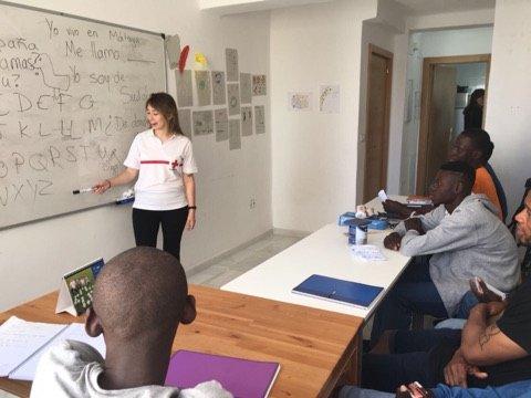 Dans le centre d'accueil, les migrants suivent des cours d'espagnol. Crédit : Boualem Rhoubachi