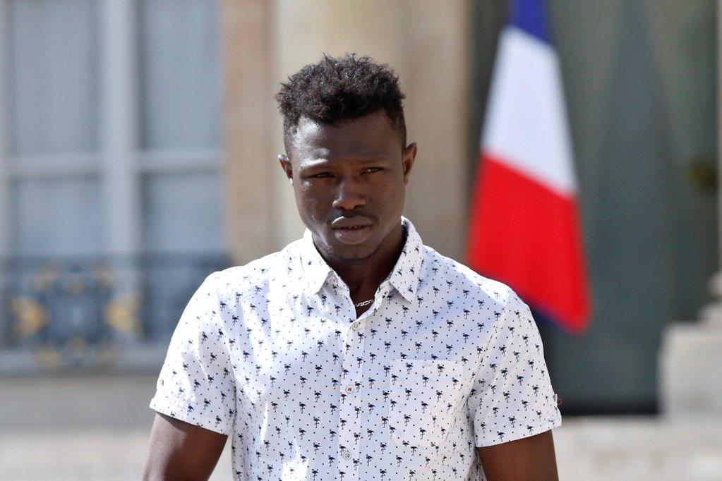 Thibault Camus/Pool via Reuters |Le jeune Mamoudou Gassama à la sortie de l'Elysée où il a été reçu par le président Macron le 28 mai 2018.