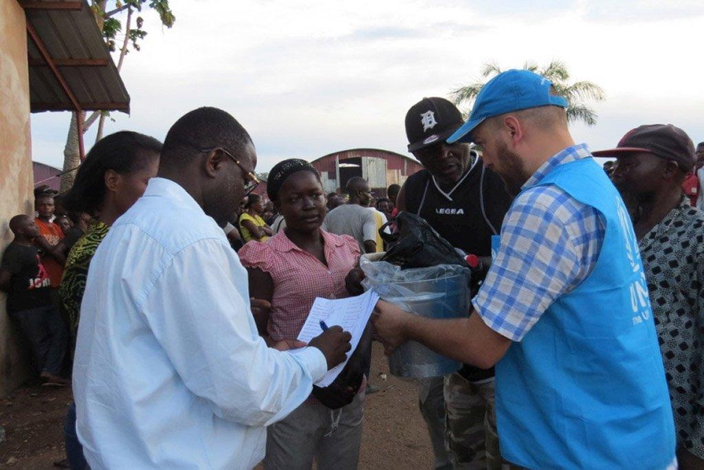 Photo HCR/Adronico Marcos Lucamba |Des employés du HCR au centre d'accueil de Mussungue, dans le nord-ouest de l'Angola, distribuent des denrées alimentaires à des réfugiés congolais qui ont fui une éruption de la violence dans la région du Kasaï. (Photo d'illusration)