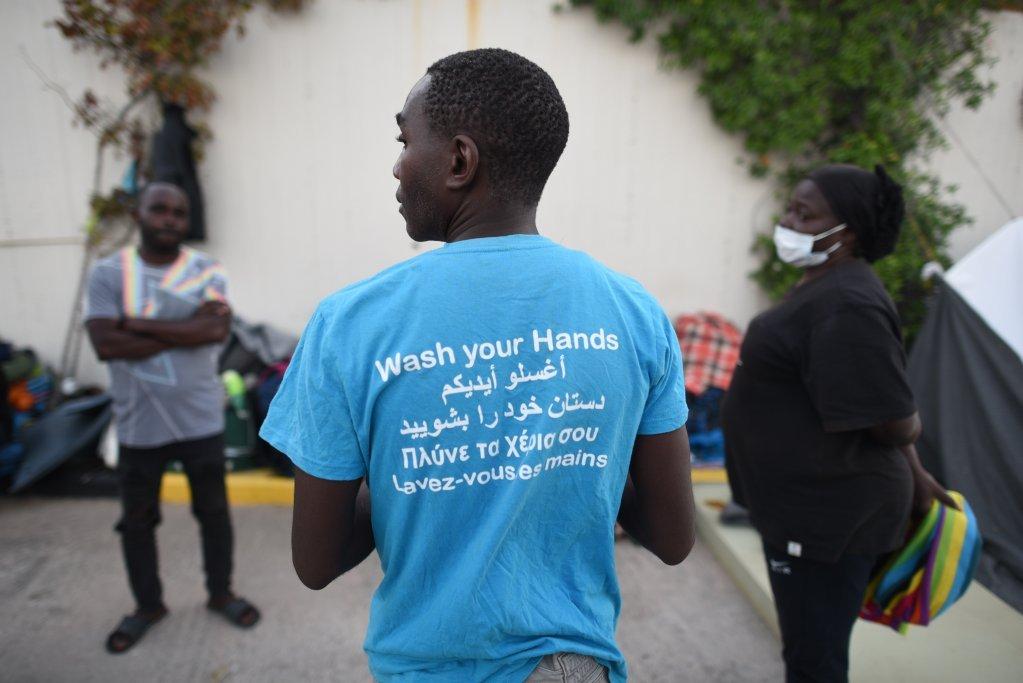 دادي موكندي، يرتدي قميص كان حصل عليه من دورة تدريبية لمنظمة أطباء بلا حدود في مخيم موريا. المصدر:مهدي شبيل/مهاجر نيوز