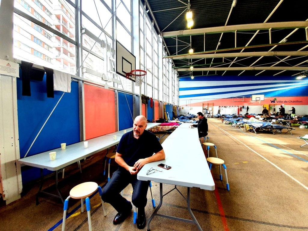 مدير جمعية ألتيراليا التي تدير مركز شاتيون. الصورة: دانا البوز/مهاجرنيوز