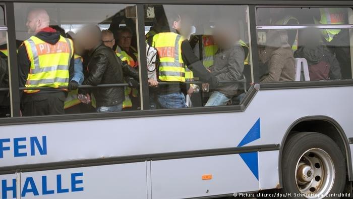 Picture alliance/dpa/H. Schmidt/dpa-Zentralbild |لاجئون مُرحلون من ألمانيا (أرشيف)